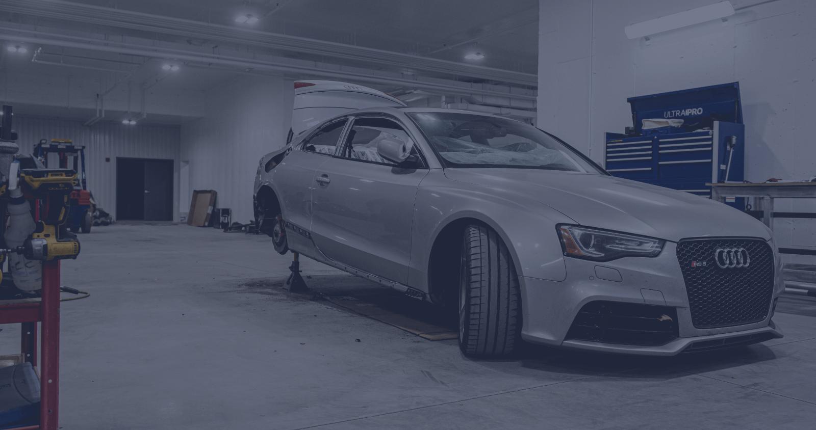 L'Expert Carrossier - Voiture audi argent dans le garage pour réparation