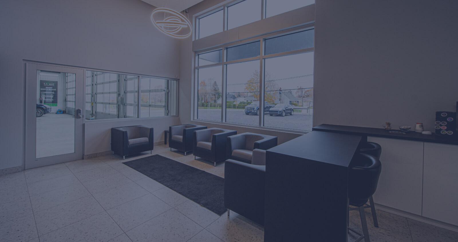 L'Expert Carrossier - Salle d'attente avec fauteuils et comptoir lunch / Cafés