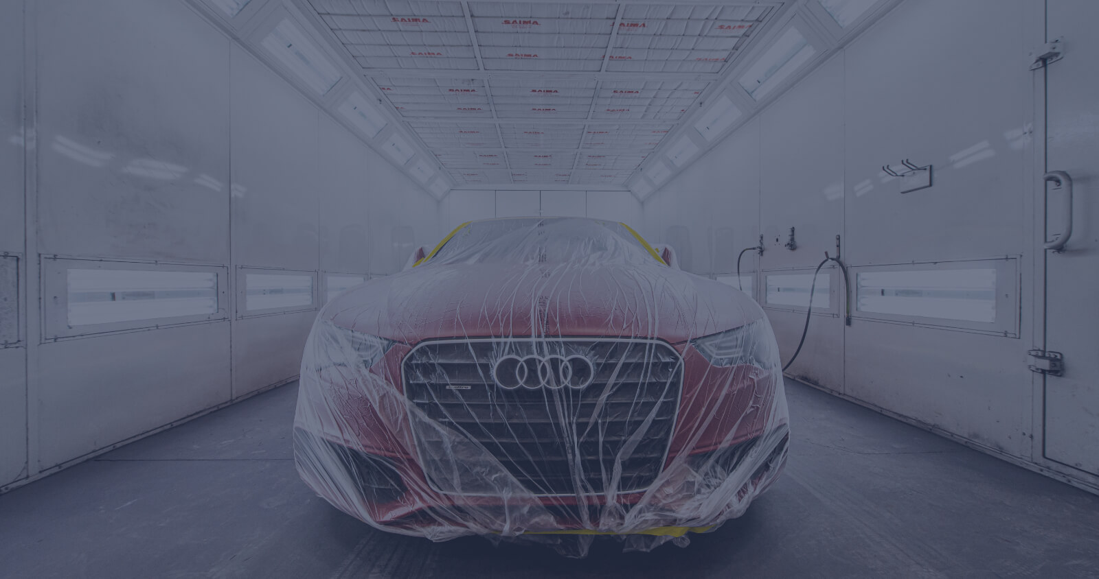 L'Expert Carrossier - Chambre à peinture avec véhicule Audi rouge