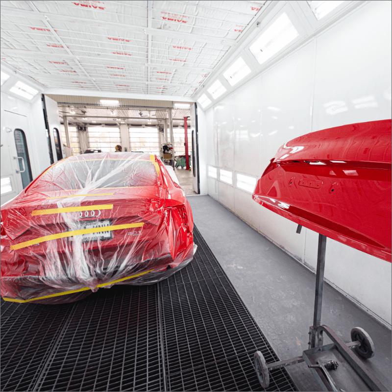 L'Expert Carrossier - Chambre à peinture avec véhicule audi rouge prêt pour la peinture