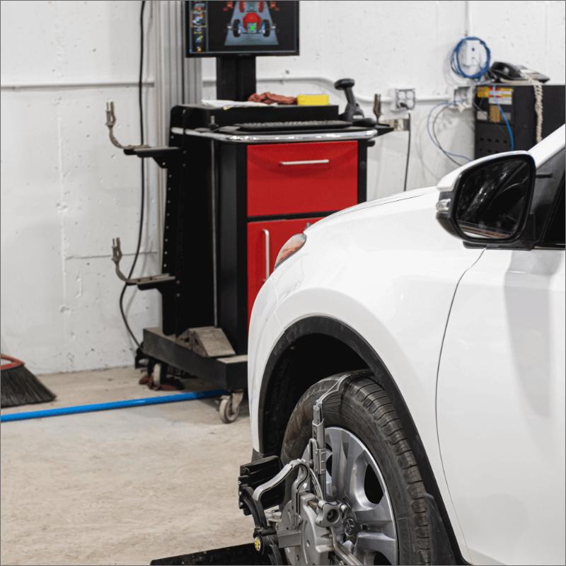 L'Expert Carrossier - Véhicule installé pour un alignement des roues à l'aide d'un équipement électronique